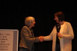 Die Schulleiterin Karin Natusch gratuliert der Preisträgerin Margot Reinig
