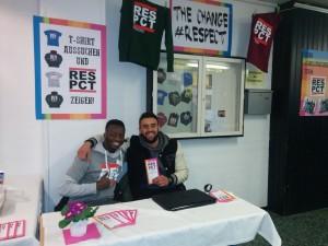 William Tamele und Hamit Duman präsentieren das #Respekt-Projekt in ihrer Schule den Mitschülerinnen und Mitschülern